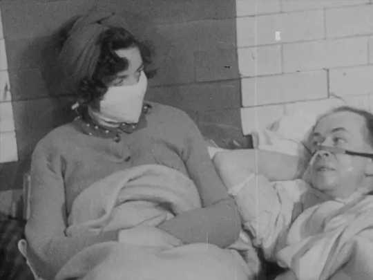 Capture d'écran d'un film de propagande. (pourquoi les londoniens du blitz ont accepté les masques pour prévenir les infections contrairement aux objecteurs d'aujourd'hui)