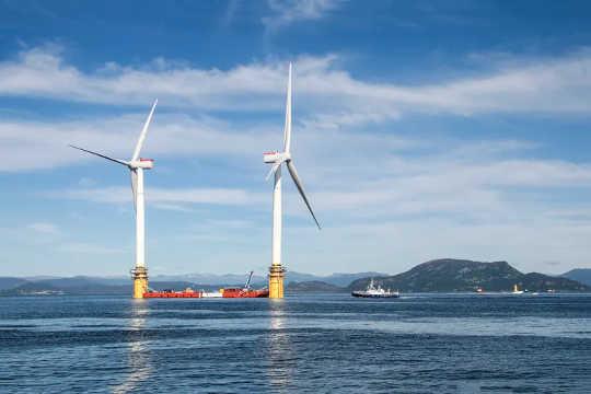 Due delle cinque turbine utilizzate nel primo parco eolico galleggiante al mondo, Hywind Scotland.