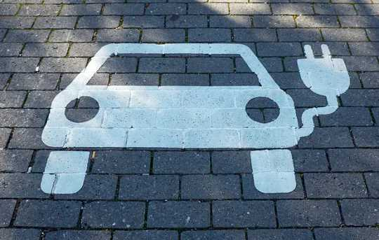 La strada per i veicoli elettrici con prezzi degli adesivi inferiori rispetto alle auto a gas - Spiegazione dei costi della batteria