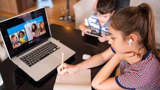 A prática da arte da conversa ajuda as crianças que não estão com seus colegas de classe a aprimorar suas habilidades sociais.