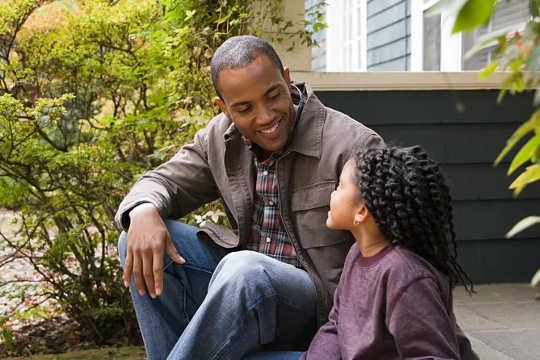 Bagaimana Membantu Anak Anda Menangani Peralihan Kembali Ke Sekolah Semasa Covid-19
