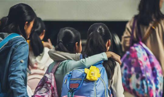 Kinder können ihre Schulfreunde vermissen, aber zu Hause geht es ihnen trotzdem gut.