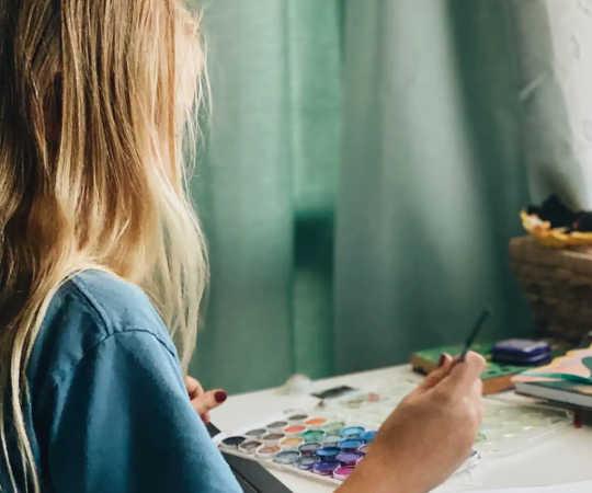 Ein kreatives Outlet kann Kindern helfen, mit Emotionen umzugehen.