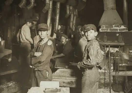Tengah malam di kilang kaca di Indiana, dengan anak-anak di tempat kerja. Pekerja kanak-kanak adalah antara amalan yang dilarang oleh pemerintah progresif pada awal tahun 1900-an.