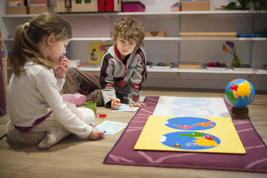 Kinders in Montessori-klaskamers, soos hierdie in Frankryk, werk gereeld saam vir hul aktiwiteite