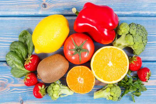 Фрукты и овощи, такие как клубника, цитрусовые и брокколи, являются хорошими источниками витамина С (витамин С может помочь пожилым людям сохранить мышечную массу)