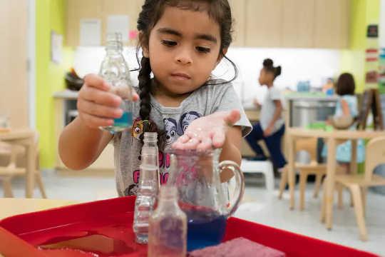Baie Montessori-aktiwiteite verg konsentrasie. (maria montessori uitgedaag en verander hoe kinders geleer word)