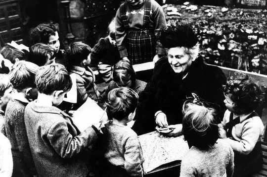 Maria Montessori is uitgedaag en verander hoe kinders geleer word en vandag steeds invloedryk is