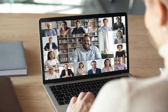 As videochamadas funcionam bem para comunicação planejada. (como se manter conectado e socialmente distante ao retornar ao escritório)