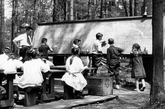 Studenter på High Park Forest School-klassen. (City of Toronto Archives / Wikimedia) (varför skolor ska omfamna utomhusundervisning)