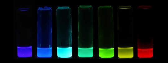 Цветные перовскитные светоизлучающие чернила, которые можно лить на тонкие пленки.