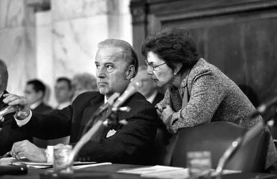 Biden med senator Barbara Boxer vid en utfrågning för senatens utrikesrelationer 2003.