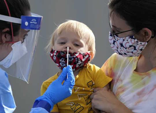 Kanak-kanak kecil tidak mungkin mati akibat COVID-19. (bagaimana membaca berita coronavirus dan mengetahui apa yang sebenarnya perlu anda ketahui)