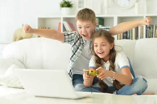 Videopelien pelaamisella ei ollut samaa yhteyttä matalampiin pisteisiin kuin passiivisempaan näyttöaikaan.