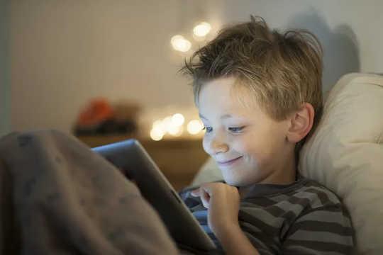 2 heures de télévision par jour à la fin de l'enfance, liées à des scores plus faibles aux tests plus tard