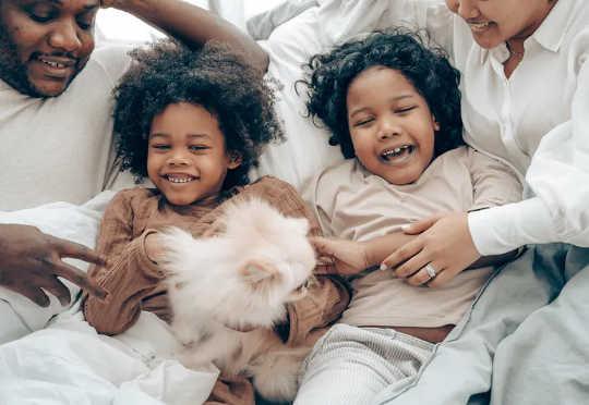 Die teenwoordigheid van warm en ondersteunende volwassenes kan kinders beskerm teen stresvolle lewensgebeurtenisse.