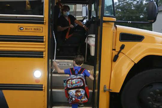 8 suositusta koulubussien turvallisuuteen pandemian aikana