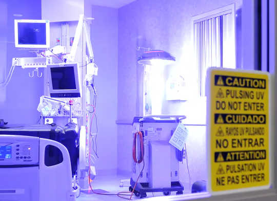 A desinfecção UV, que pode ser realizada por robôs como este, reduz infecções adquiridas em hospitais (como a luz ultravioleta pode desinfetar espaços internos)