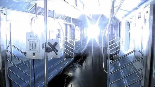 A Autoridade de Trânsito Metropolitano da Cidade de Nova York (MTA) está testando o uso de luz ultravioleta para desinfetar vagões fora de serviço.