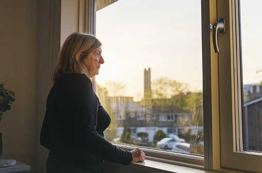 Sự cô đơn của cách ly xã hội có thể ảnh hưởng đến não của bạn và làm tăng nguy cơ sa sút trí tuệ ở người lớn tuổi