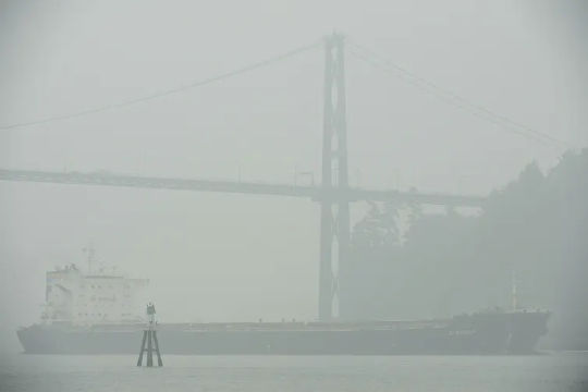 Alus kulkee Lion's Gate -sillan alta Vancouverissa, BC, 14. syyskuuta 2020. (10 vinkkiä metsäpalojen selviämiseen)
