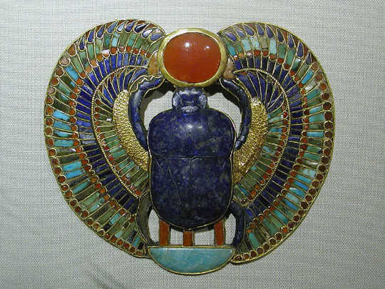 Um escaravelho solar pendente da tumba de Tutancâmon. (escaravelhos falos olhos malignos como os amuletos antigos tentavam evitar doenças)