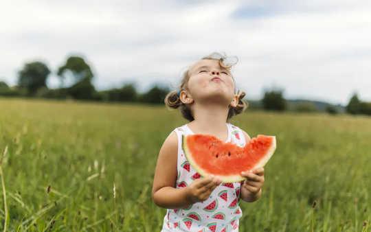 L'educazione alimentare è fondamentale per lo sviluppo di abitudini alimentari sane. (come una buona alimentazione può contribuire a tenere lontane le malattie)