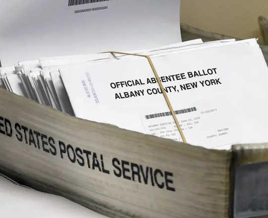 In de meeste staten moeten stembiljetten in officiële enveloppen worden verzonden. (zes manieren waarop post in stembiljetten wordt beschermd tegen fraude)