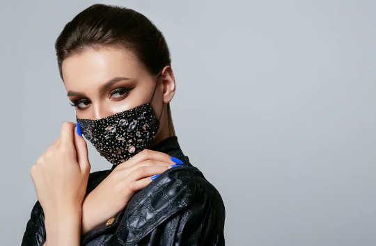 Vizards, gesighandskoene en vensterkappe: 'n geskiedenis van maskers in Westerse mode