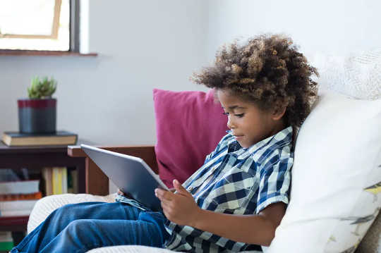 Penting untuk mengajar kanak-kanak cara menavigasi ruang dan platform dalam talian. (bagaimana kemahiran literasi digital membantu kanak-kanak menavigasi dan bertindak balas terhadap maklumat yang salah)