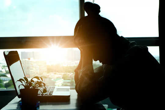 Zorlu ve stresli bir çalışma, kişiyi daha nevrotik ve daha az vicdanlı yapabilir. (iş güvensizliği kişiliğinizi nasıl şekillendirir)