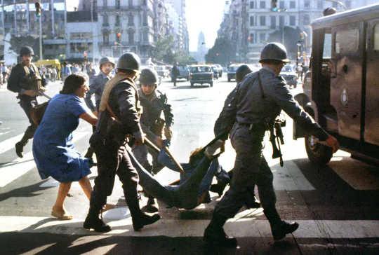 Ở Argentina trong những năm 1970, sự phân cực chính trị và các chính trị gia viêm nhiễm đã dẫn đến bạo lực trên đường phố. (khi các chính trị gia sử dụng lời nói căm thù thì bạo lực chính trị gia tăng)