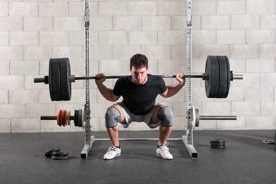 व्यायाम जो अधिक बड़े मांसपेशी समूहों को संलग्न करते हैं, वे जलने के प्रभाव को बढ़ाते हैं। (यहां बताया गया है कि प्रतिरोध प्रशिक्षण वजन घटाने के लिए कितना प्रभावी है)