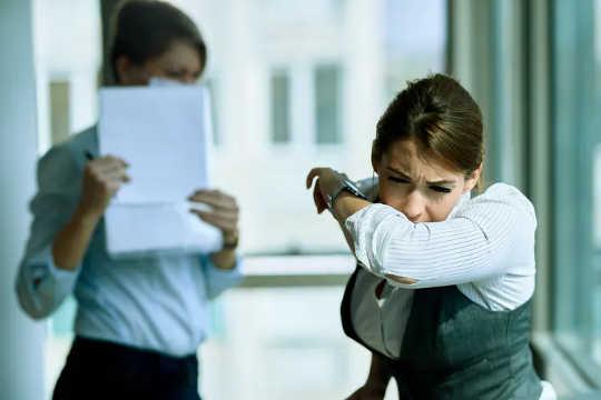 Niemand will mehr in einem Büro husten. (warum Sie öfter krank anrufen sollten, als Sie denken, auch wenn Sie von zu Hause aus arbeiten)