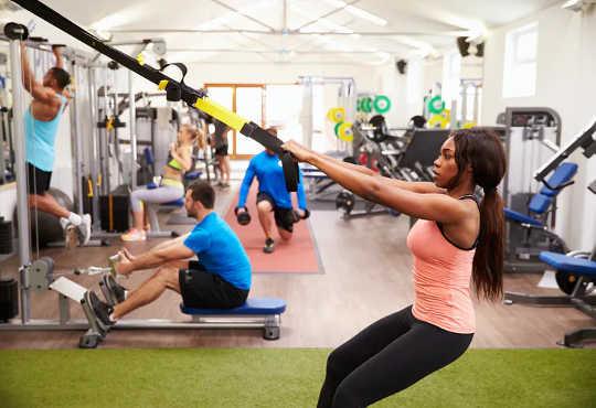 यहाँ है क्यों प्रतिरोध प्रशिक्षण वजन घटाने के लिए बहुत प्रभावी है