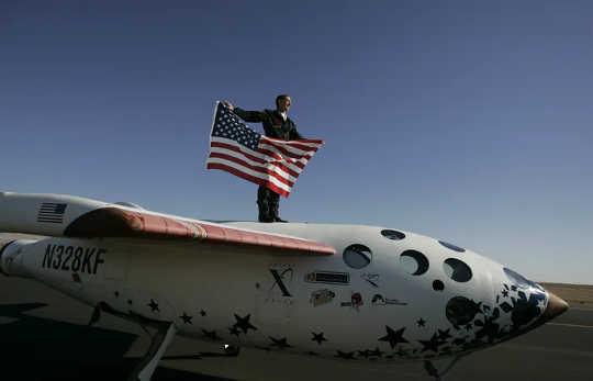 A SpaceShipOne levou para casa o prêmio Ansari X de US $ 10 milhões em 2004. (uma maneira de resolver os problemas mais urgentes da sociedade)