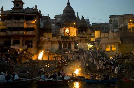 ヒンドゥー教の儀式が深い悲しみを手放す方法を教える
