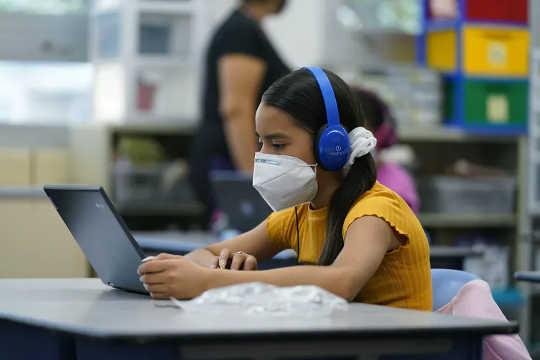 Certains élèves de Denver K-12 apprennent à distance sur les sites des écoles publiques, avec le soutien du personnel. (comment tirer le meilleur parti des manuels numériques K 12 et des outils pédagogiques en ligne)