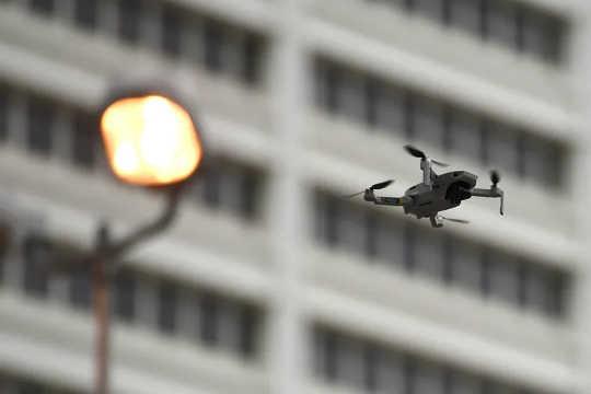 یک هواپیمای بدون سرنشین اجرای قانون ، جمعه ، 5 ژوئن 2020 ، در آتلانتا بر فراز تظاهرکنندگان پرواز کرد.