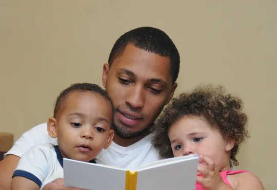 De som tog hand om barn rapporterade att de spenderade mer tid på att läsa med barn. (låsning har förändrat läsvanor)