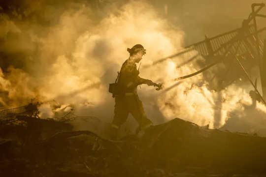La frequente esposizione al fumo dei vigili del fuoco nelle aree selvagge aumenta i rischi di danni alla salute. (il fumo degli incendi è intriso di sostanze chimiche tossiche ecco come sono arrivati lì)