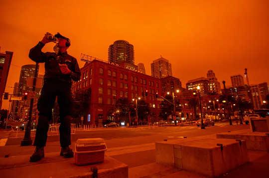 山火事の煙は有毒な化学物質と混ざり合っています–これが彼らがそこにたどり着いた方法です