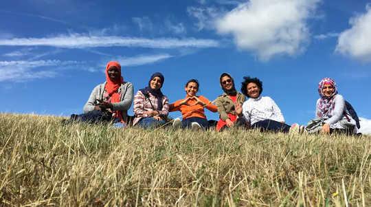 تنمو ابتسامة المشاركين للكاميرا. (كيف يمكن لجدول أعمال قائم على الطبيعة الراديكالية أن يساعد المجتمع في التغلب على الآثار النفسية لفيروس كورونا)