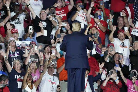 Orang-orang berkumpul berdekatan untuk rapat umum Trump di Florida pada 12 Oktober 2020. Banyak yang pergi tanpa masker wajah.