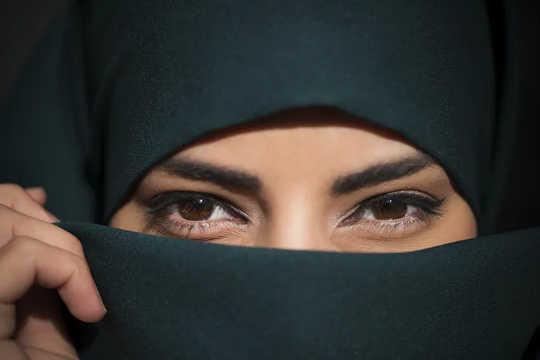 Tek başına gözlerin ne kadar iletişim kurabileceğini küçümsemeyin. (maske takarken amacınızı ifade etmenin üç yolu)