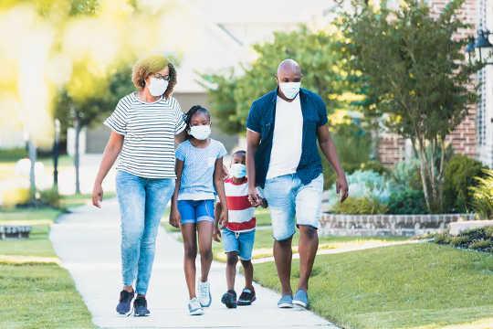 Mesmo durante a pandemia, as famílias devem planejar atividades que incluam exercícios.
