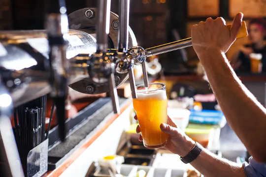 술집 직원과 같은 서비스 부문 근로자는 전염병으로 인해 일자리 나 소득을 잃을 수 있습니다.