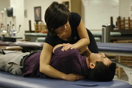 Một sinh viên y khoa nắn xương thực hành điều chỉnh là một phần của điều trị nắn xương.