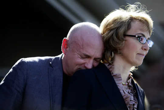 Tidigare amerikanska rep. Gabby Giffords - här 2013 med sin man, före detta astronaut och nuvarande senatkandidat Mark Kelly - sköts och skadades allvarligt under kampanjen 2011.