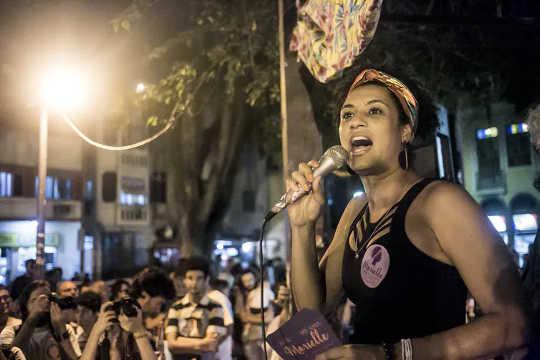 Anggota dewan dan sosiolog Marielle Franco berbicara di Rio de Janeiro pada 2016. Pembunuhannya masih belum terpecahkan.
